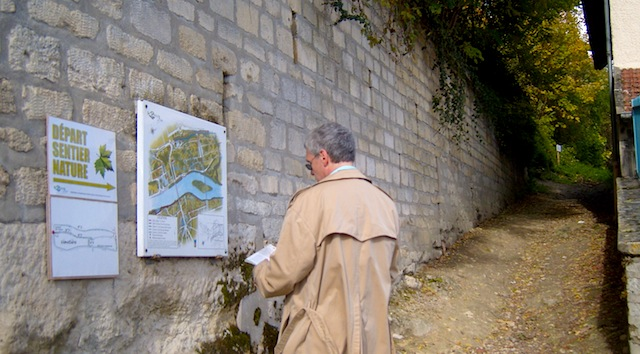 """Start of the hiking trail in Le Peq St Germain en Laye near Paris"""