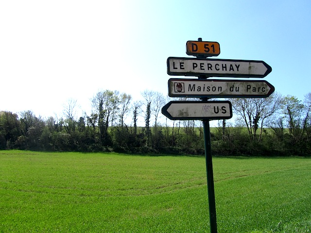 """Direction to the town of Us on the Santeuil hiking trail near Paris"""