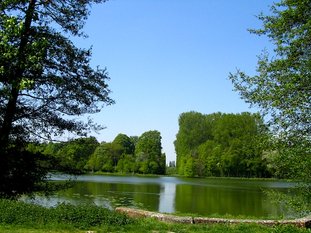 """A lake along the way to the Royaumont hiking trail near Paris"""