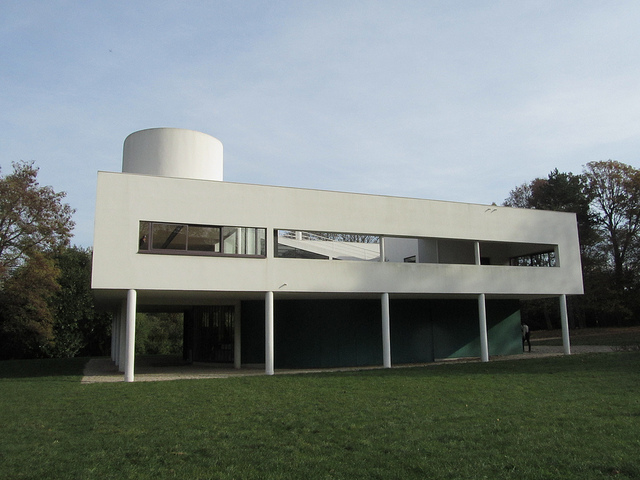 """The white house Le Corbusier built in Poissy near Paris seen from the side"""