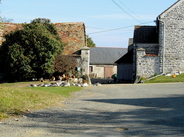 """A picturesque farmyard in along the Etrechy hiking trail near Paris"""