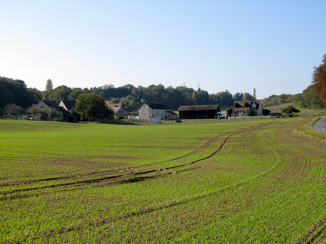 """A big farm along the Etrechy hiking trail near Paris"""