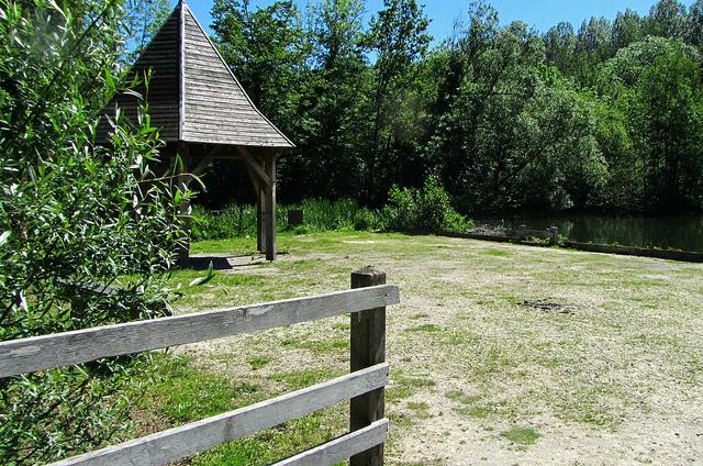 """Picnic shack for walkers in the Marais de Misery in the Ile de France"""