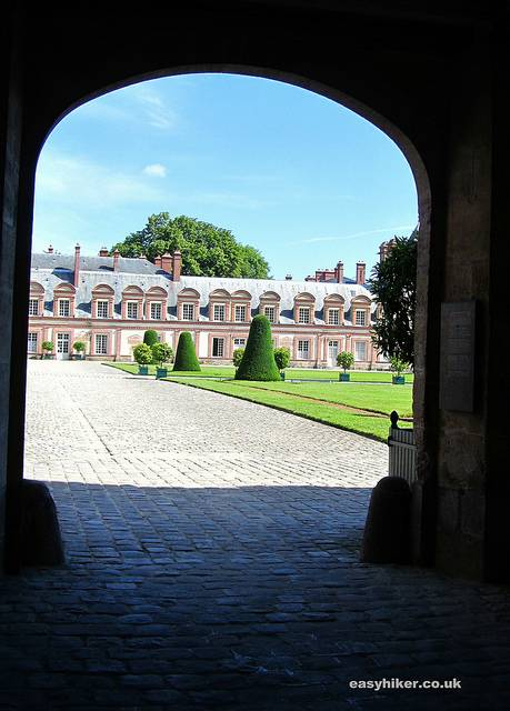 """A portal leading behind the Chateau de Fontainebleau"""