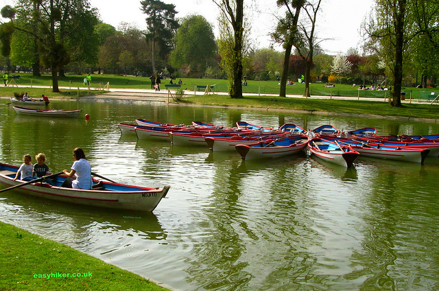 """Boats on a lake in the Bois de Vincennes where you can discover the small outdoors in Paris"""