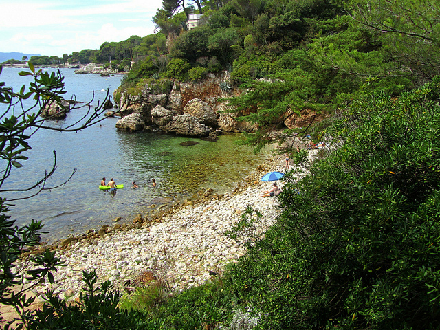 """A cove along the Tirepoil trail of Cap d'Antibes"""