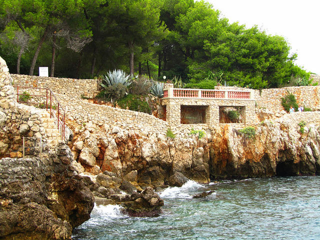 """Cliffs and stairways of the Tirepoil trail in Cap d'Antibes"""