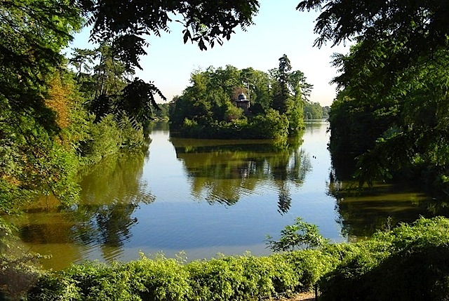 A lake in the Bois de Boulogne for discovering the small outdoors in Paris - Photo from Wikimedia.org