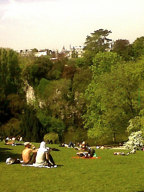 """Picknickers in the Parc des Buttes Chaumont for your walking in Paris"""