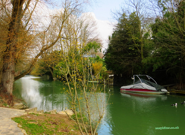 """a fine weather walk along a river in Maur Creteil"""