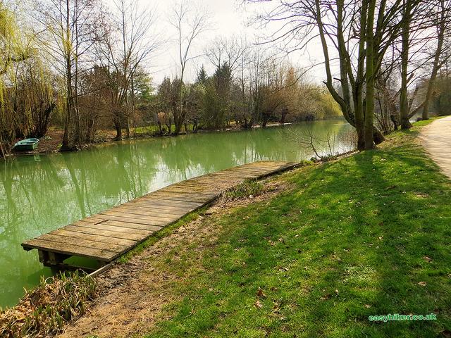 """a picnic area by the river in Maur Creteil near Paris"""