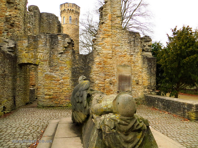 """memorial statue in the ruins of a castle in daytrip destination Syburg"""
