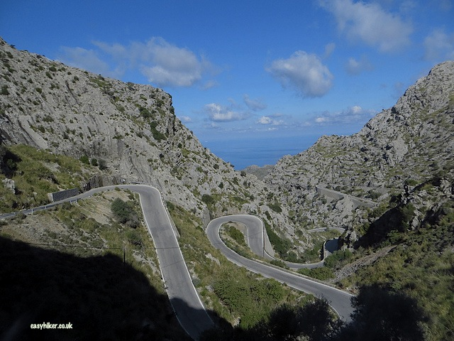"""serpentine roads on the way to a no frills island tour in Mallorca"""