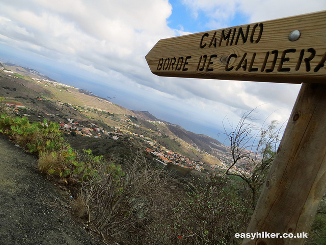 """fingerpost pointing to the camino of the Caldera de Bandama hike"""