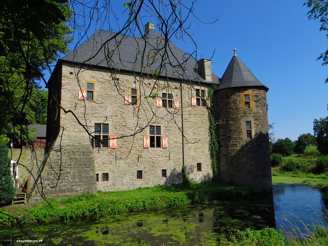 """Moated castel Haus Kemnade at trail head of the perfect hiking trail"""