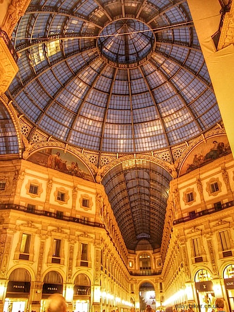 """Visit the Galleria Vittorio Emmanuelle with two hours in Milan"""