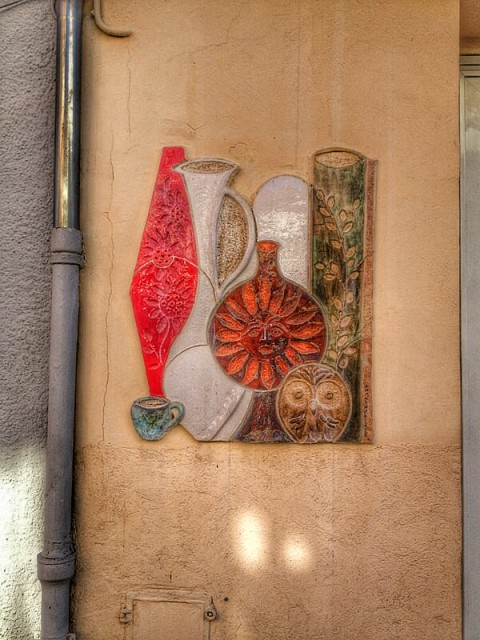 """street wall decorated with ceramics in Vallauris"