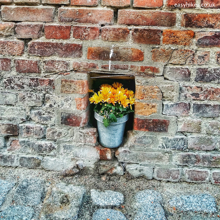 """pot embedded on the brick wall in Stralsund"""