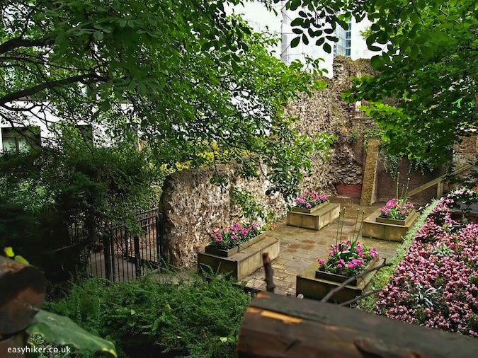 """Alphage Gardens along the city walk around the London Wall"""